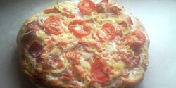 Füstölt tarjás-hagymás pizza