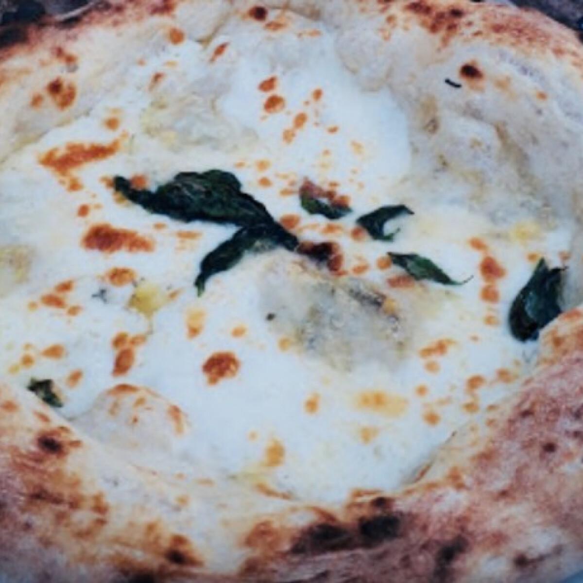 Ezen a képen: Fokhagymás-mozzarellás pizza