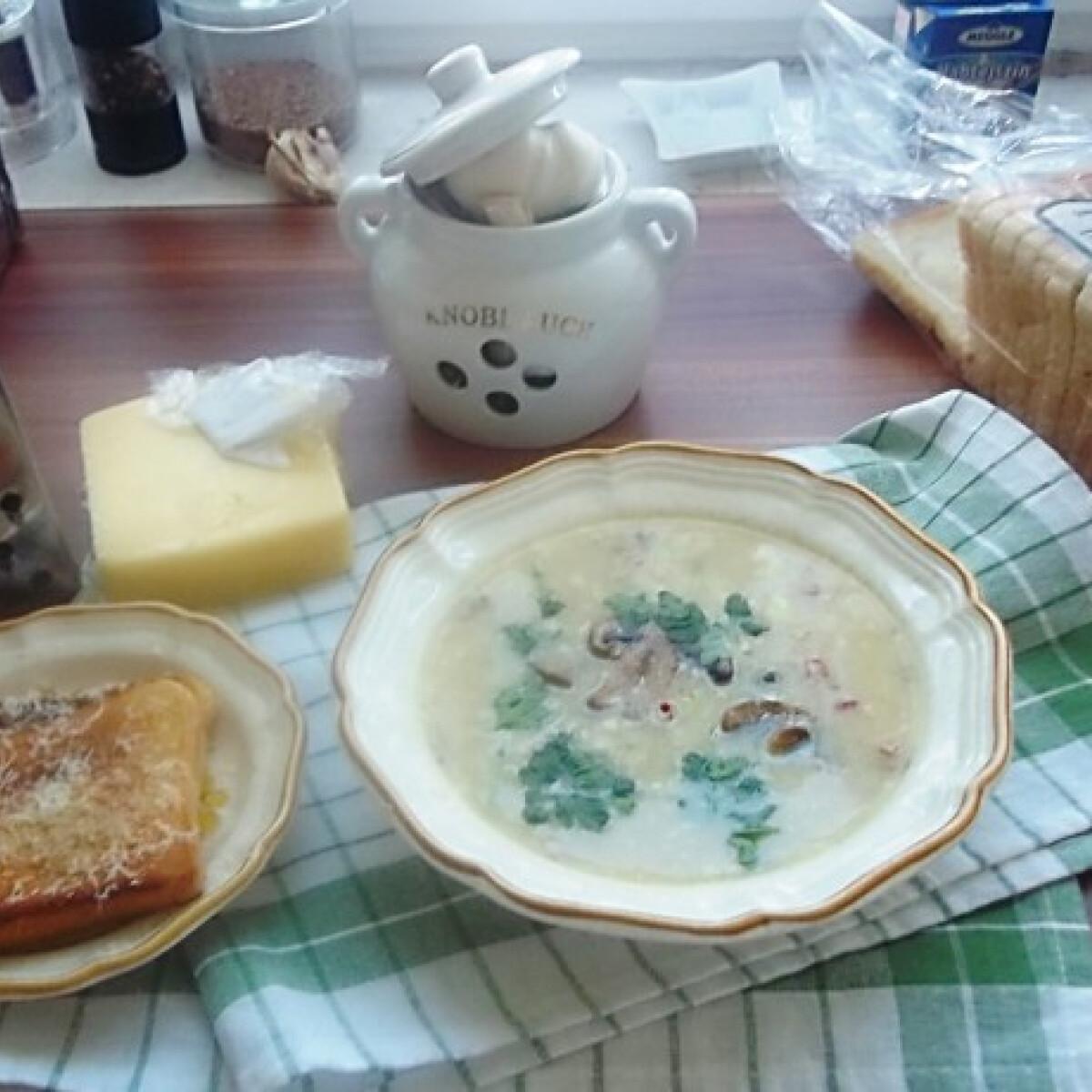 Ezen a képen: Fehérboros tejszínes gombakrémleves