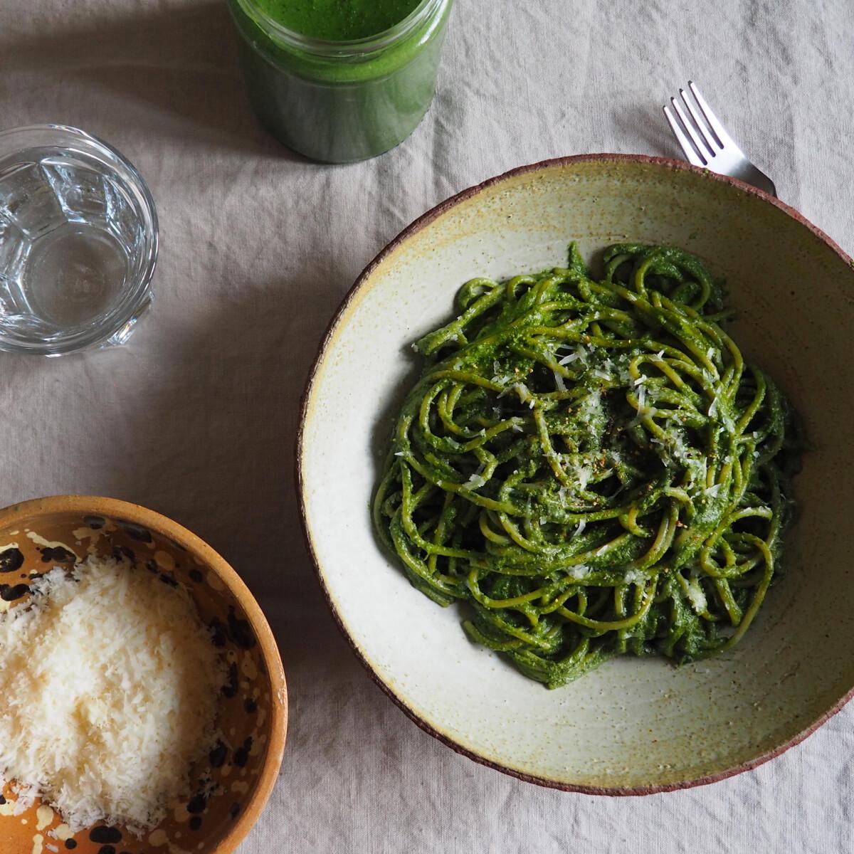 Ezen a képen: Krémes fodroskel-pestós spagetti