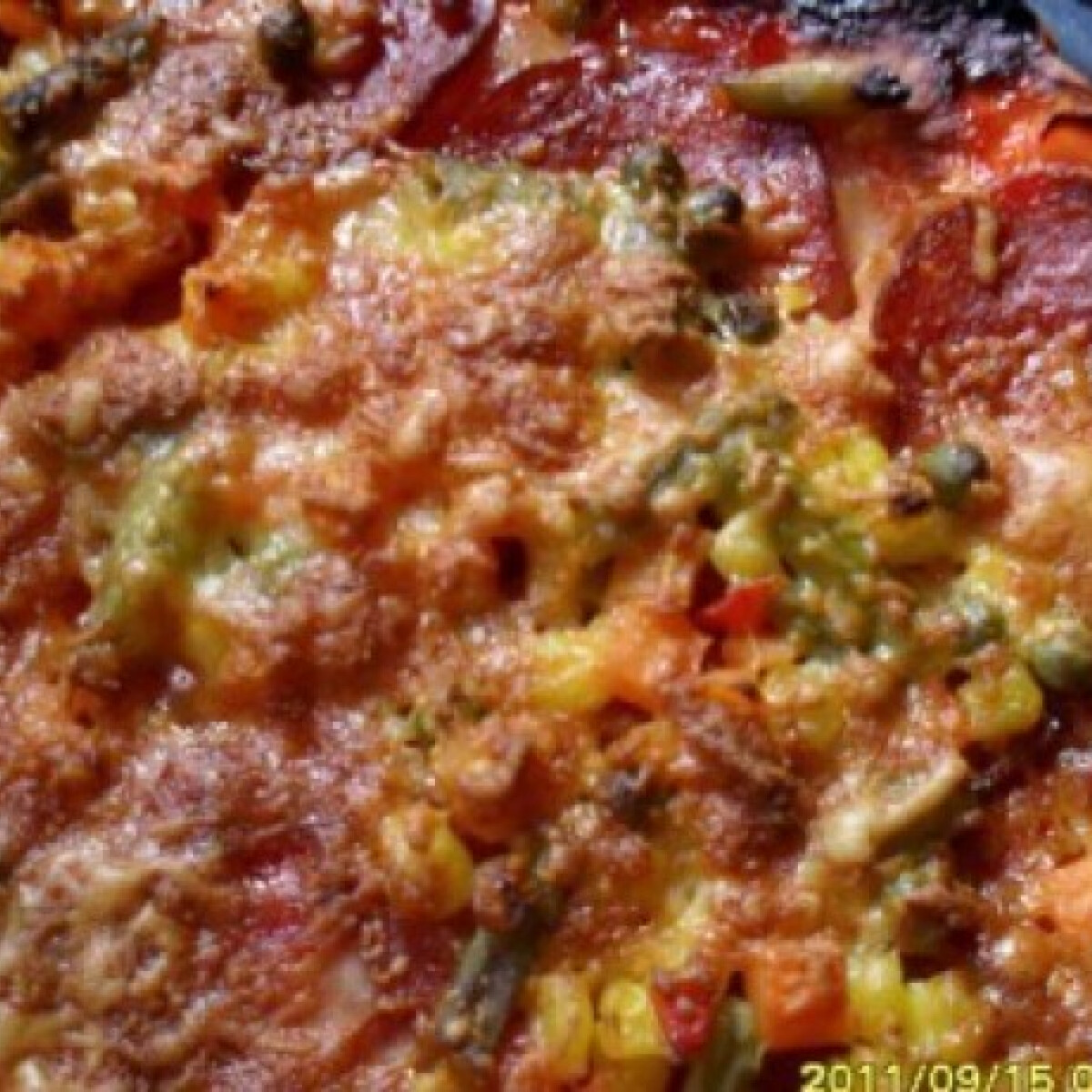 Ezen a képen: Jól megrakott pizza