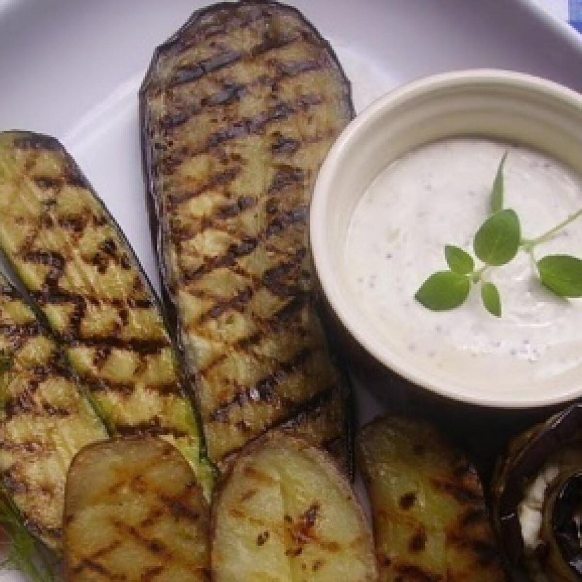 Ezen a képen: Grillezett zöldségek juhtúrós öntettel