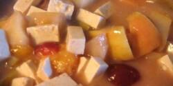 Tofu curry-s gyümölcsmártásban