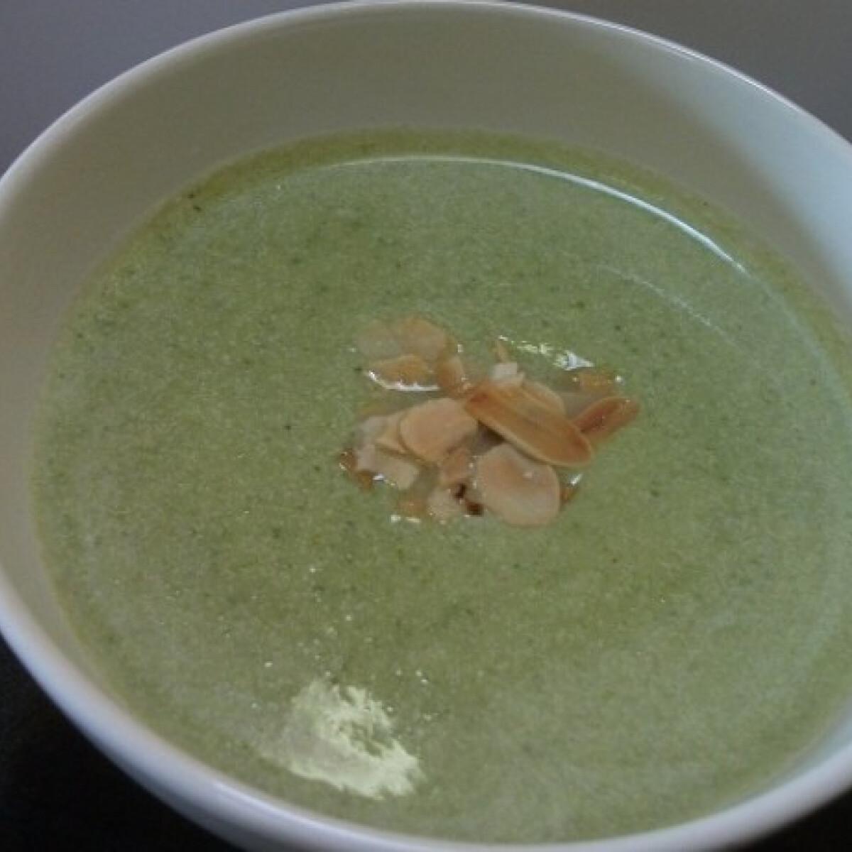 Ezen a képen: Tejszínes brokkolikrémleves mandulával