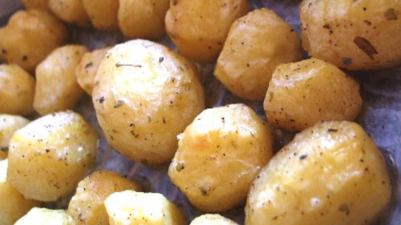 Majorannás krumpligolyók tepsiben sütve