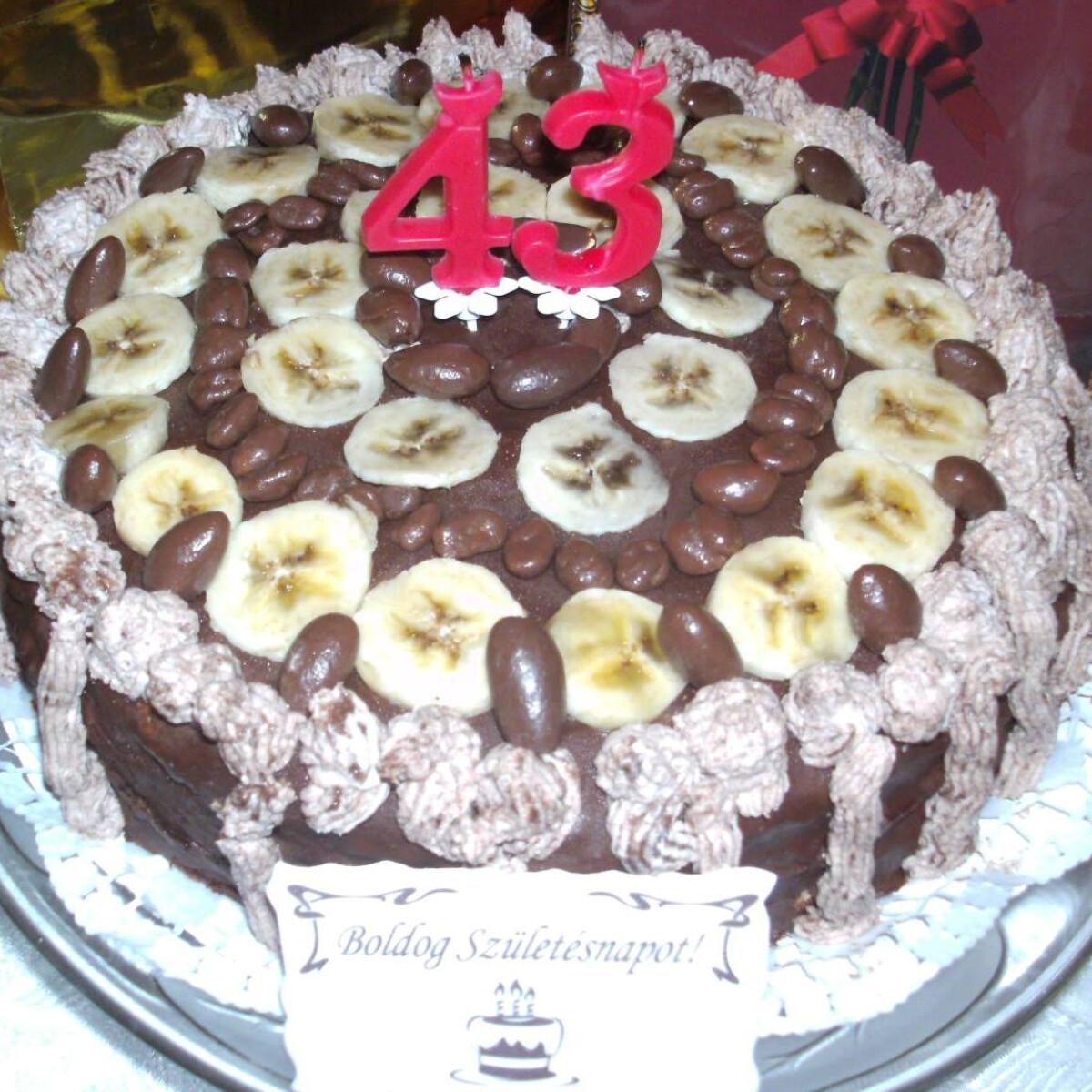 Ezen a képen: Fruzsi banános csokitortája