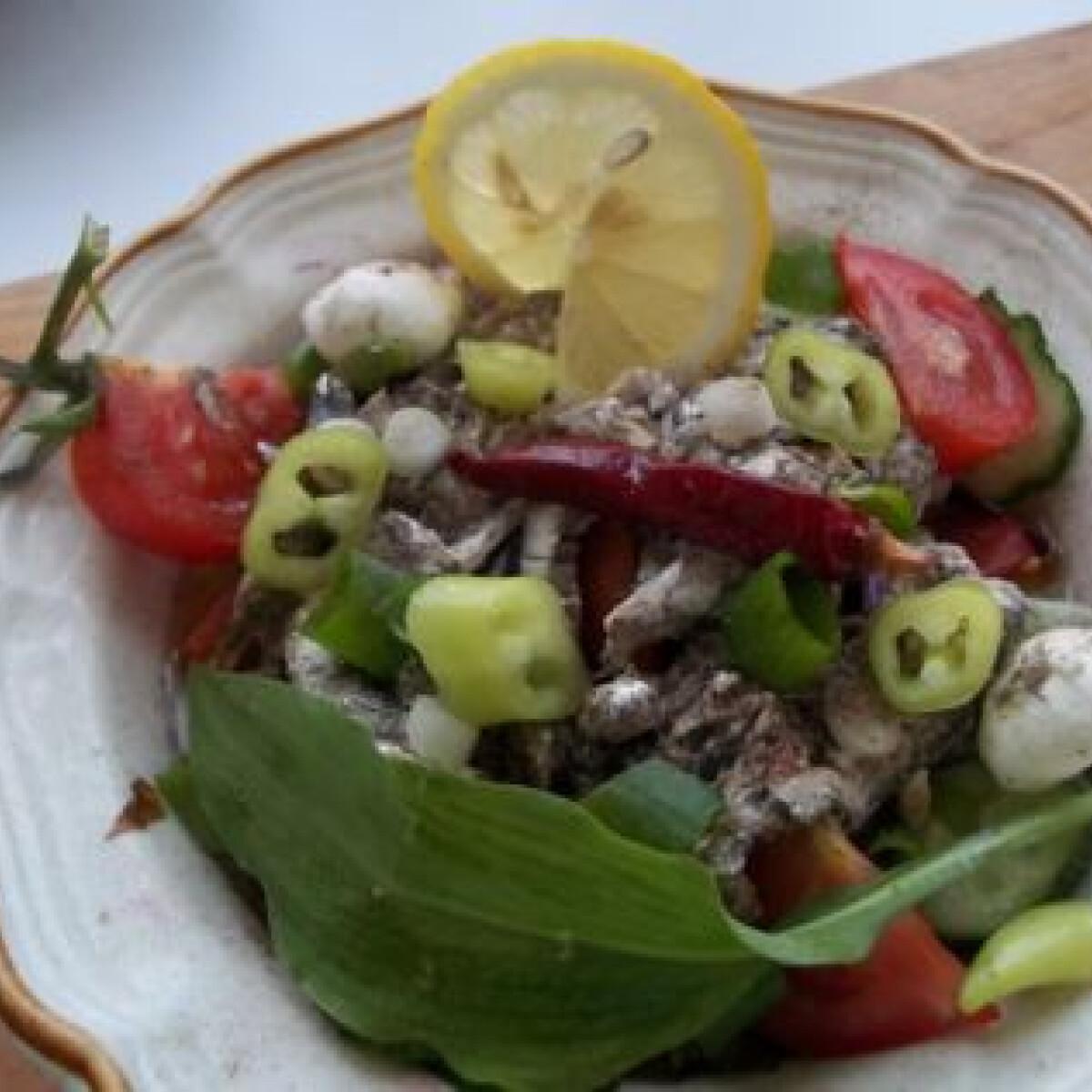 Saláta medvehagymával és sprotnival
