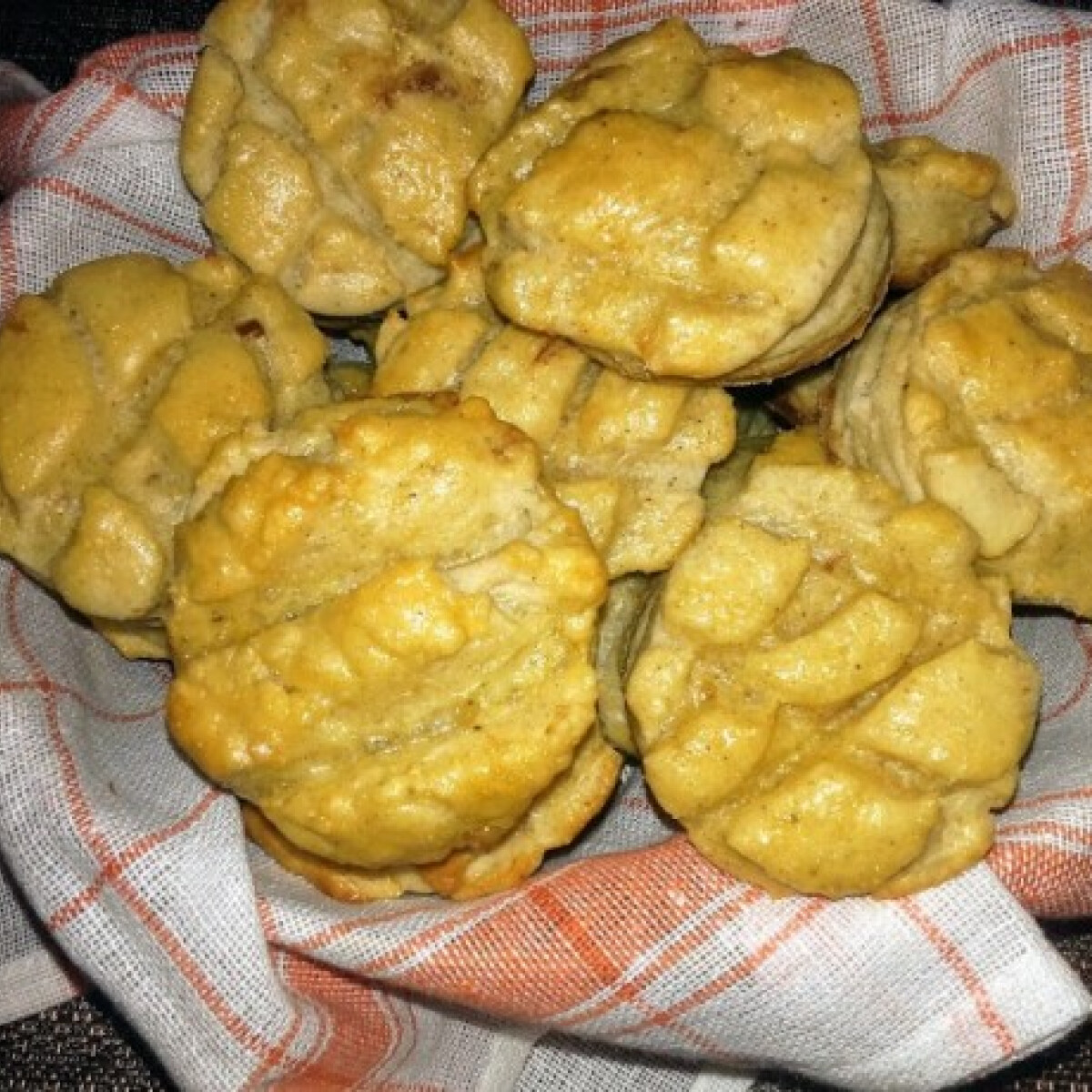Ezen a képen: Mustáros-tepertős pogácsa