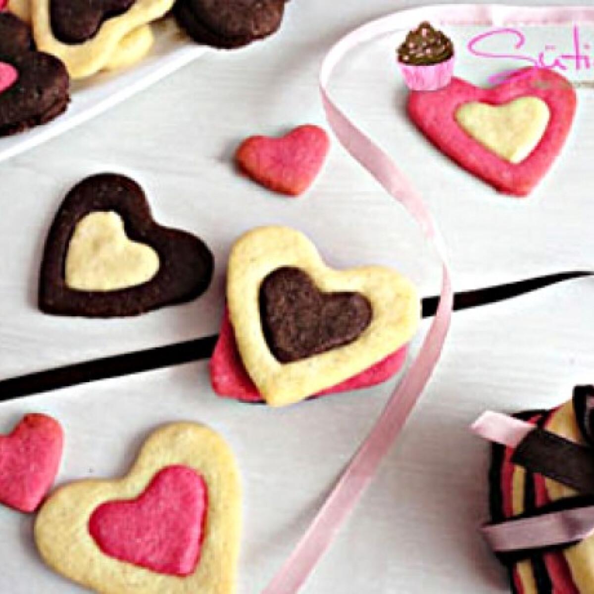 Ezen a képen: Színes szívecskés keksz