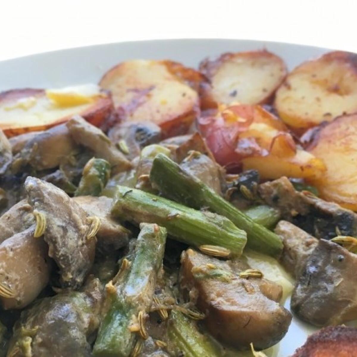 Ezen a képen: Tejfölös gomba és spárga sült krumplival