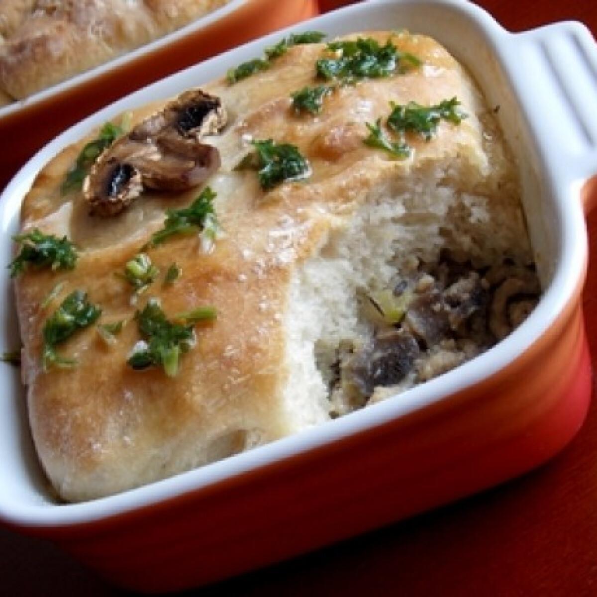 Ezen a képen: Gombás-kakukkfüves ragu kenyérpaplan alatt