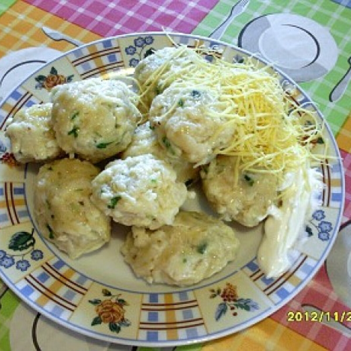 Ezen a képen: Sajtos-tejfölös spagettigombóc