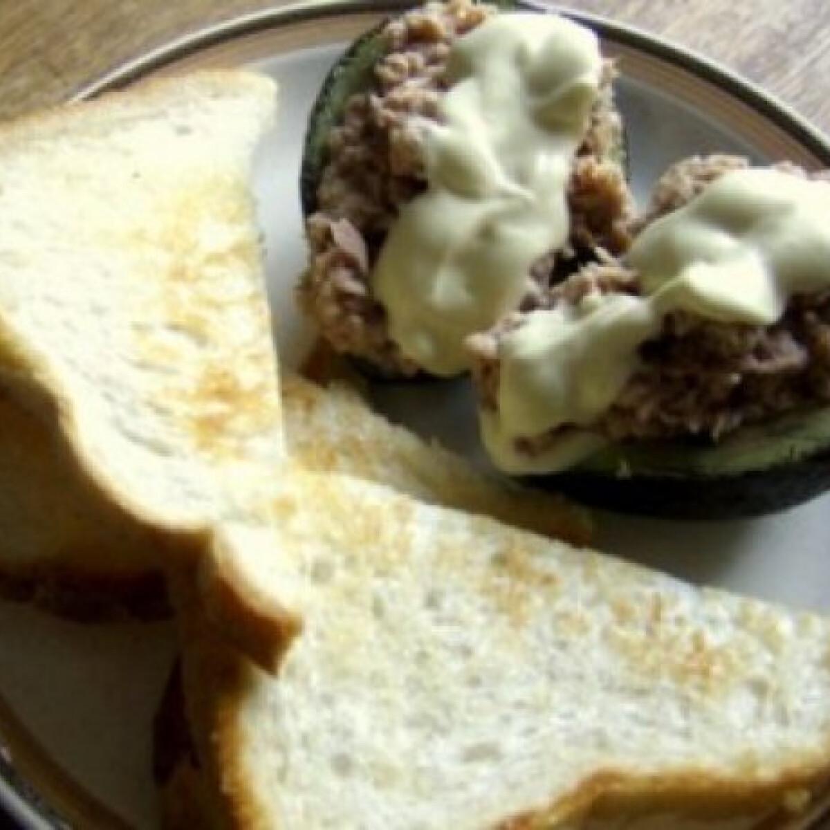 Ezen a képen: Tonhalas avokádó majonézes öntettel