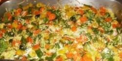 Zöldséges rakott tészta sajtmártással