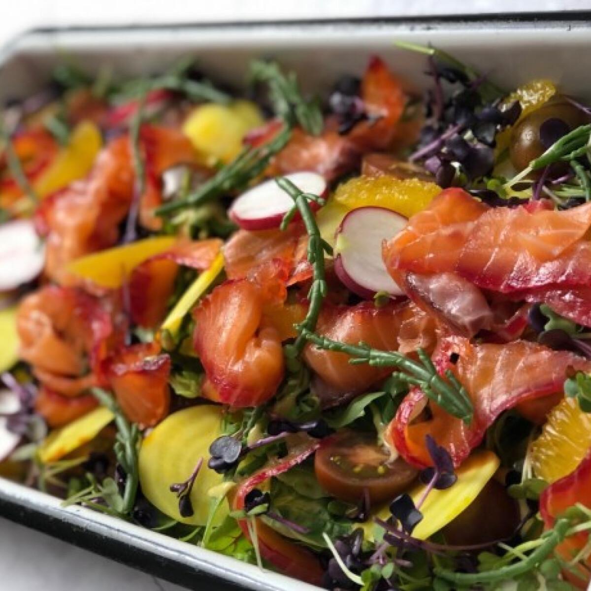 Ezen a képen: Érlelt lazac carpaccio saláta