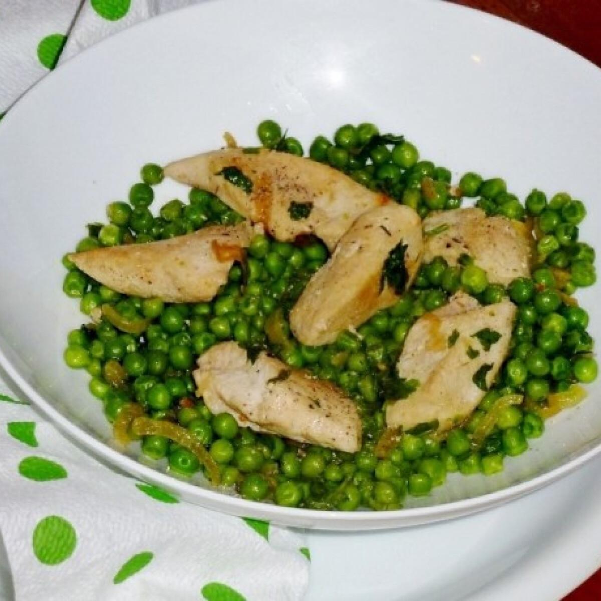 Ezen a képen: Hagymás pirított csirkemellfilé zöldborsóval