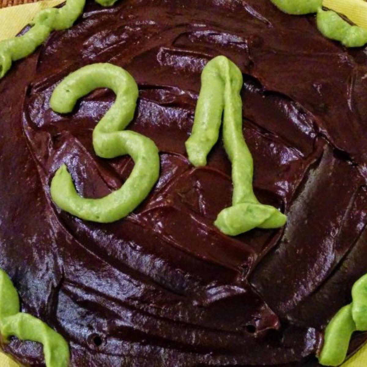 Ezen a képen: Avokádókrémes céklás csokitorta csoki nélkül