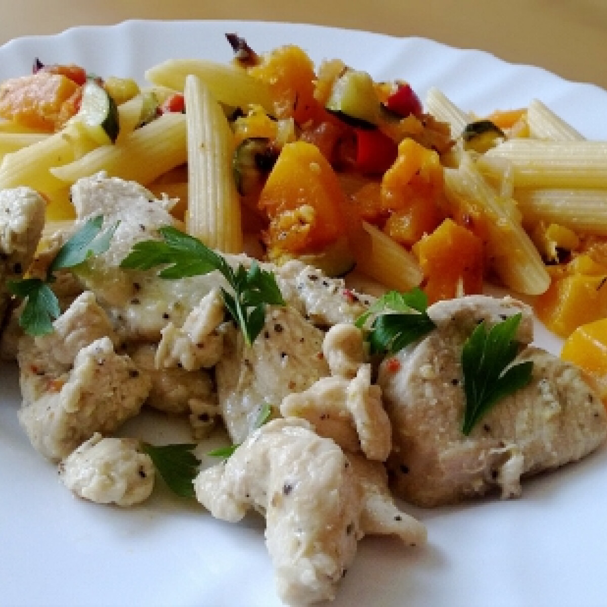 Ezen a képen: Lime-os borsos csirke zöldséges tésztával