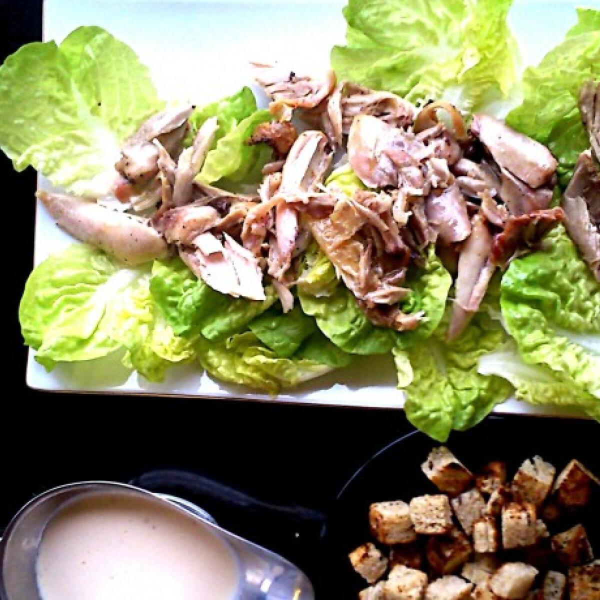 Ezen a képen: Cézár saláta joghurtos öntettel