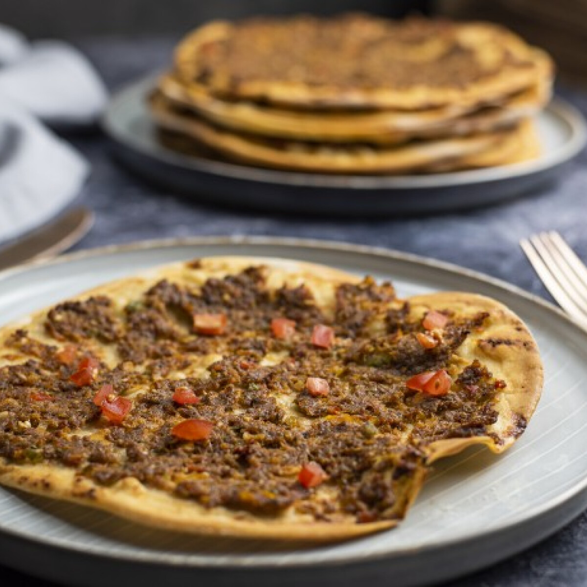 Ezen a képen: Lahmacun, a török pizza