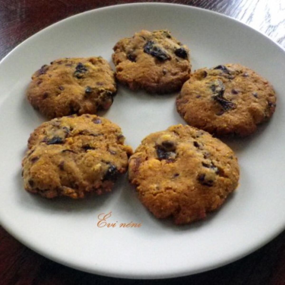 Ezen a képen: Aszalt szilvás-csokis keksz
