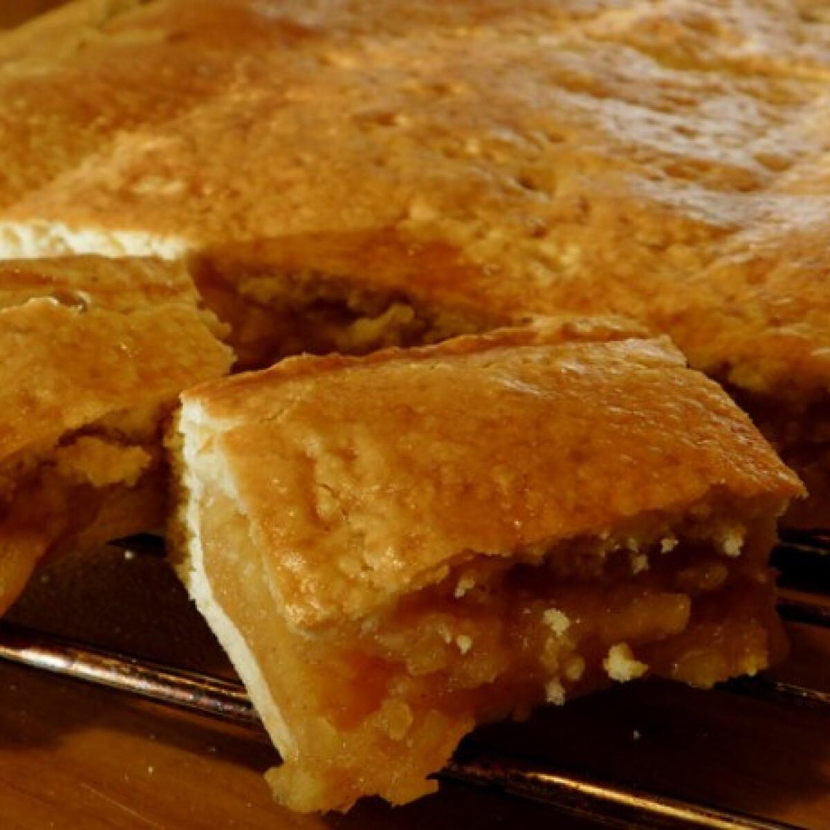 Ezen a képen: Almás pite íztepsiben