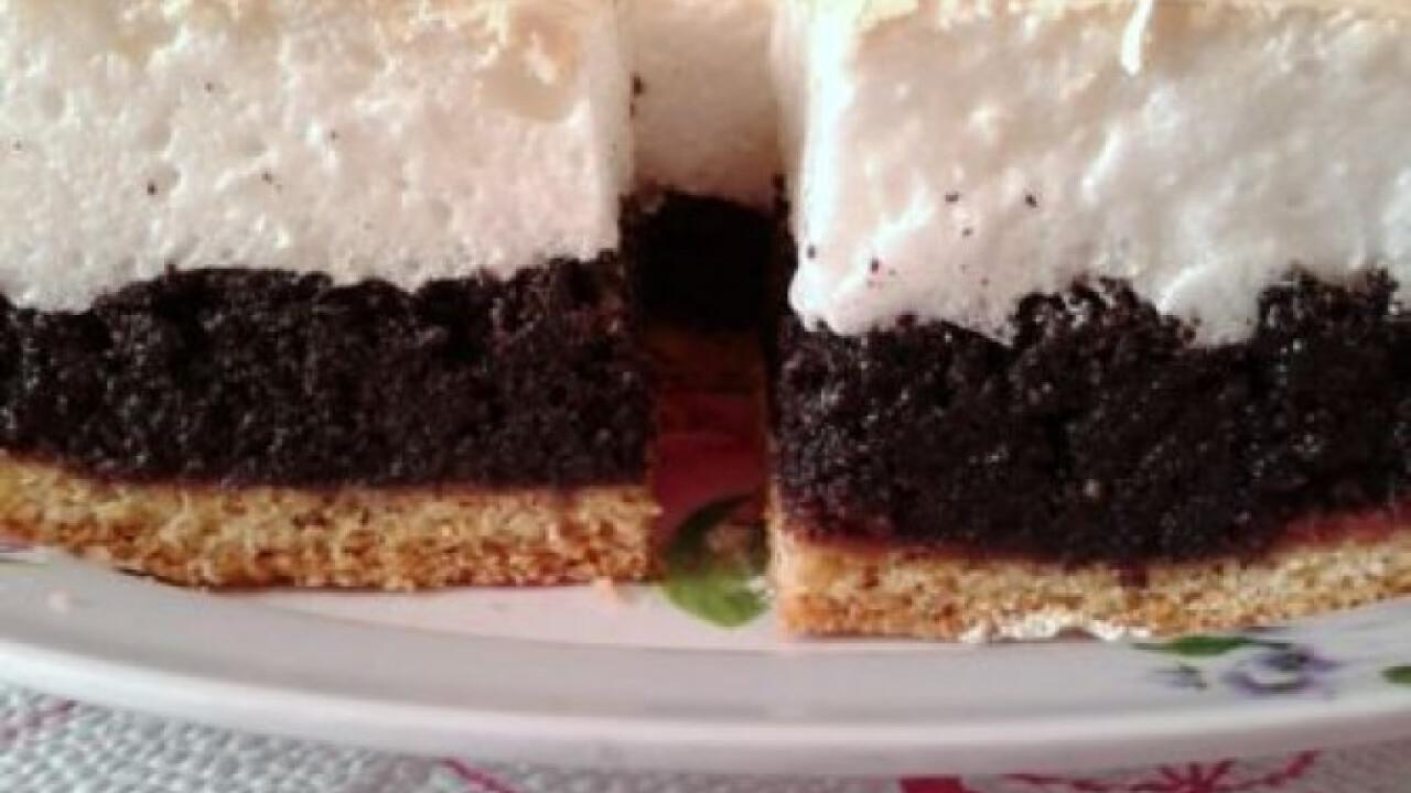 Mákos-habos sütemény meggylekvárral