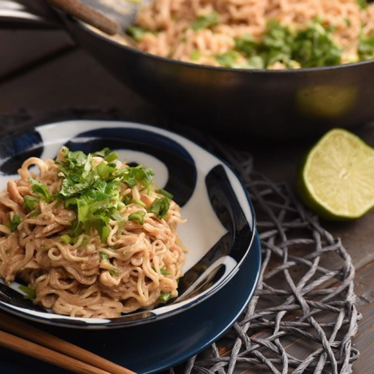 Csirkés-mogyorós ázsiai tészta