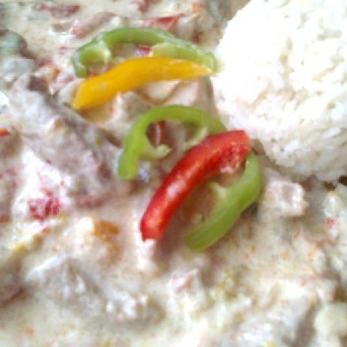 Tejszínes pulykacsíkok háromszínű paprikával