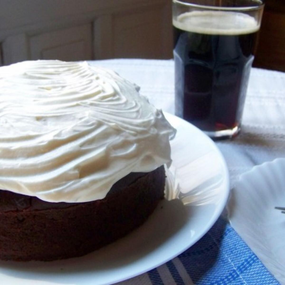 Ezen a képen: Krémsajtos-barnasörös torta