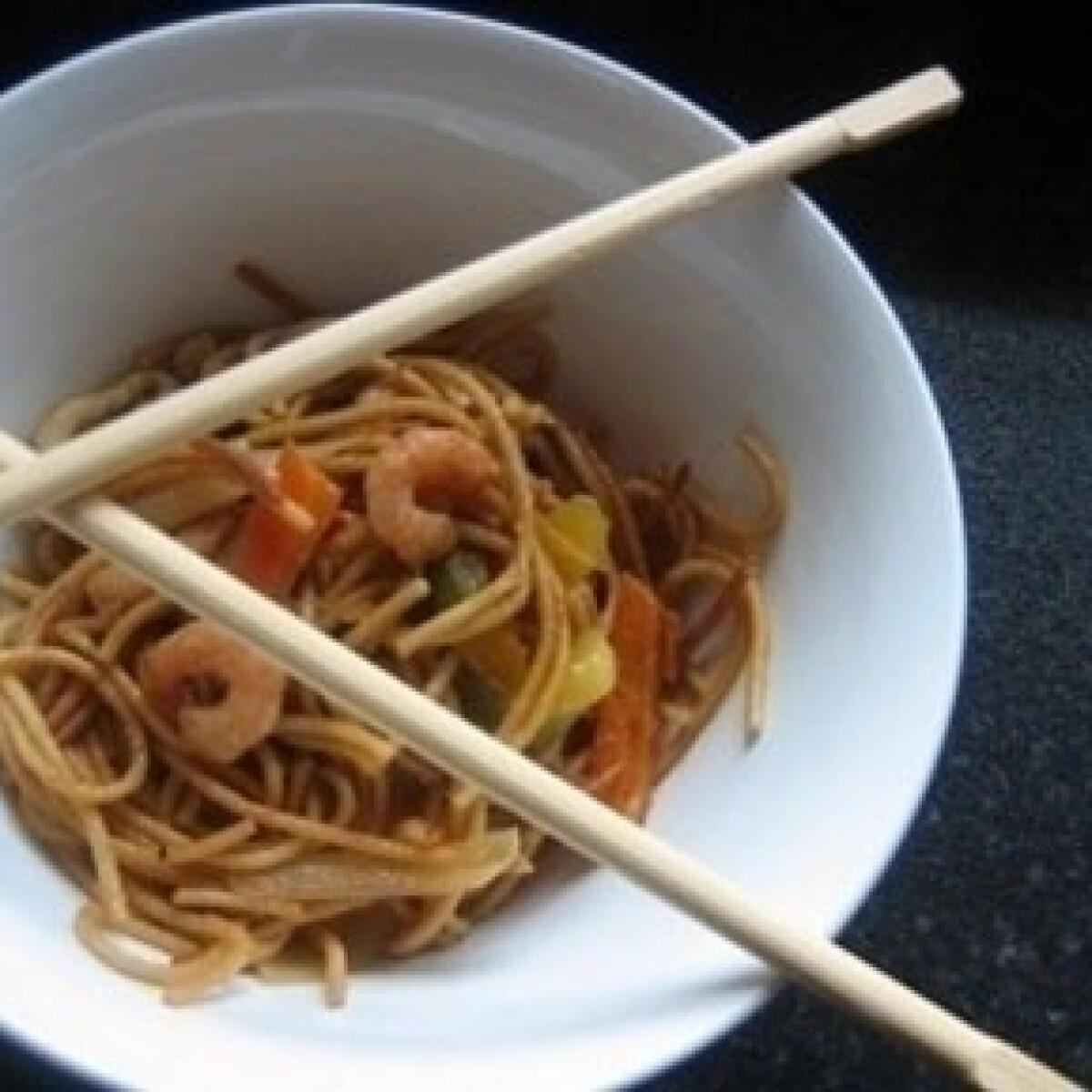 Hamis kínai sült tészta tenger gyümölcseivel