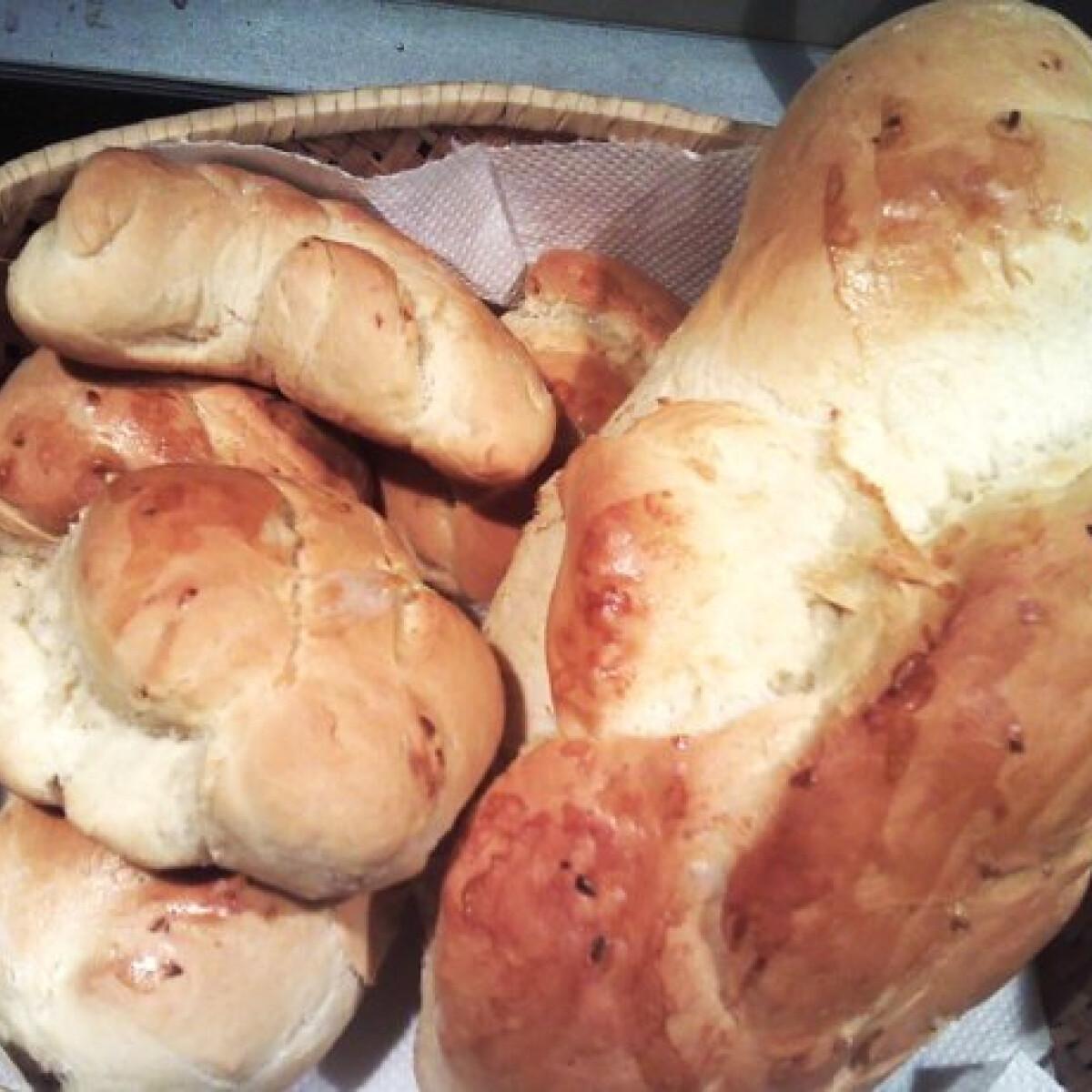 Ezen a képen: Fokhagymás kenyér és zsemle