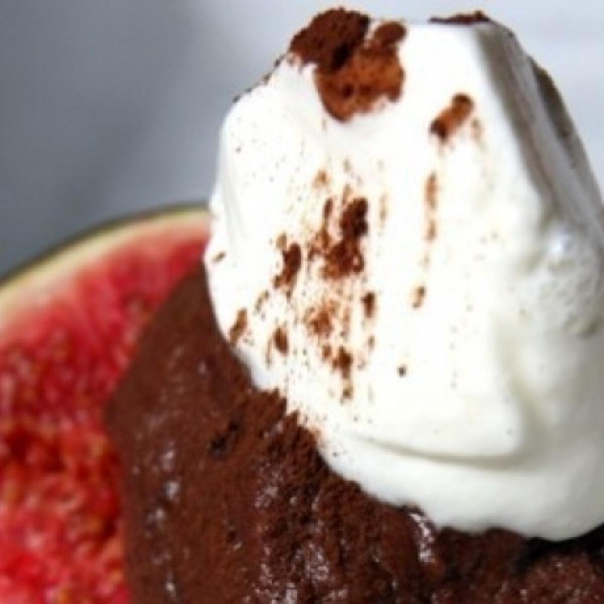 Ezen a képen: Csokoládés mousse fügén tálalva