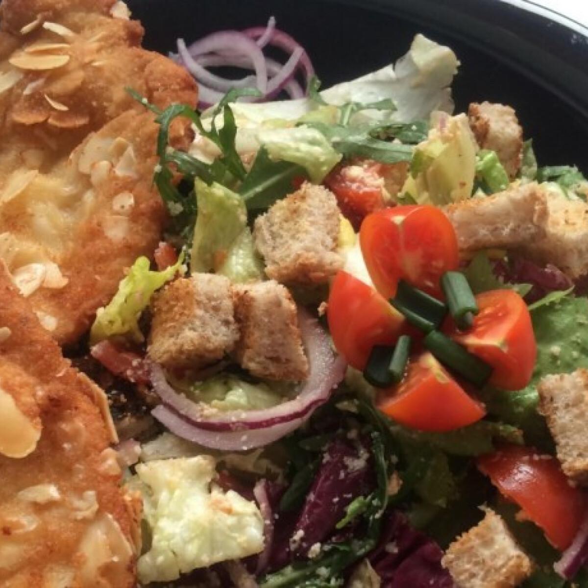 Parmezános saláta mandulás rántott hússal