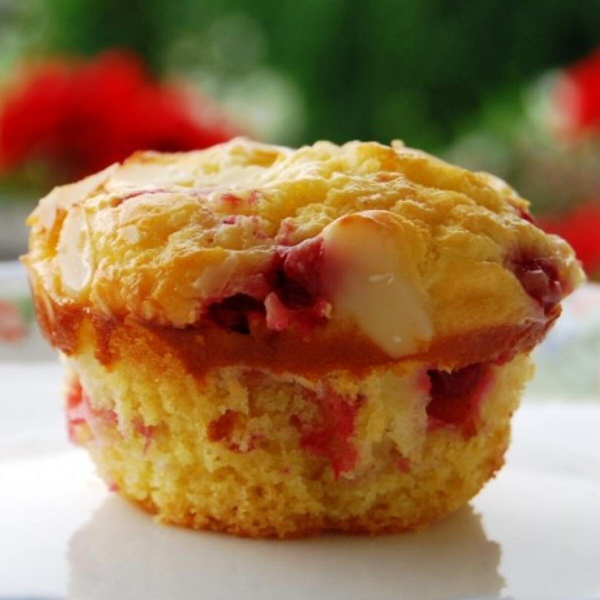 Vaníliás-ribizlis muffin tejfölös koronával