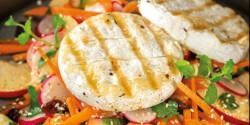 Grill Camembert ropogós-fűszeres salátával