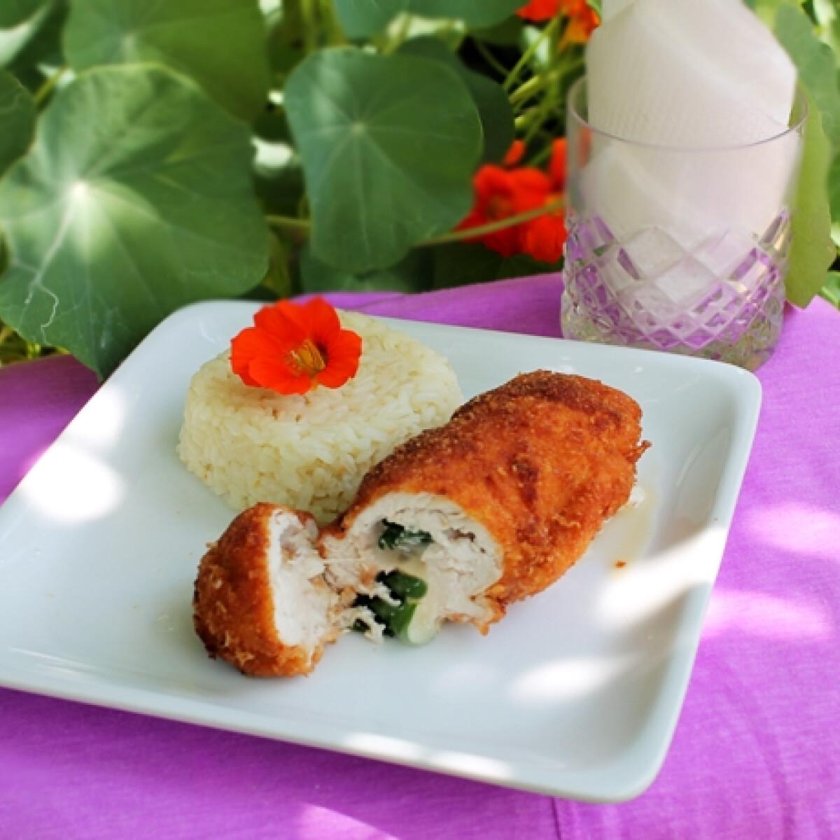 Ezen a képen: Sajttal-zellerrel töltött rántott hústekercs rizzsel