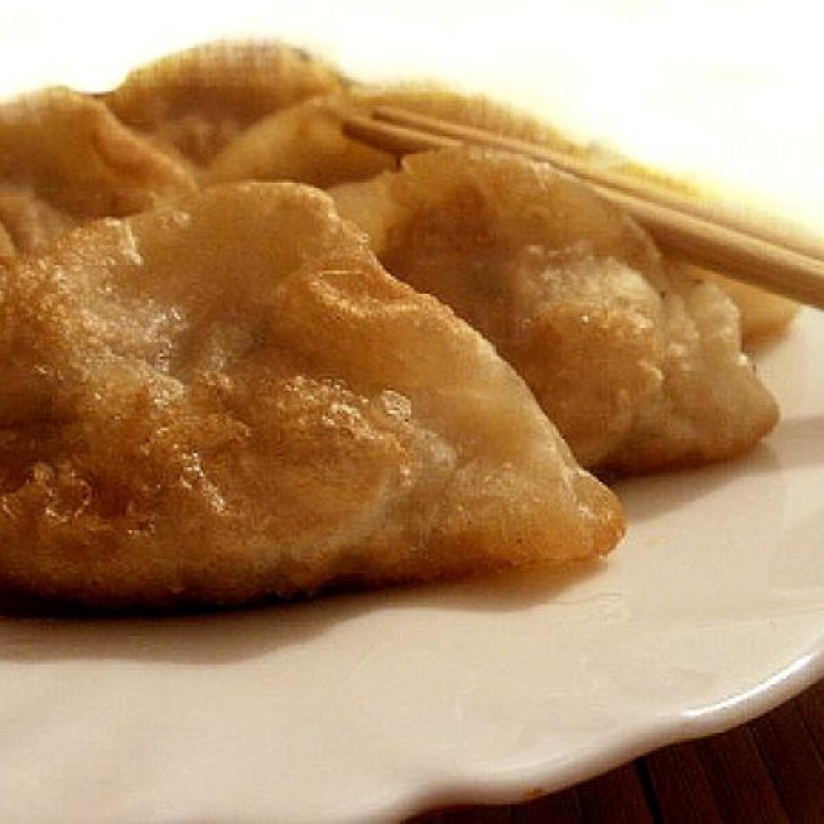 Ezen a képen: Jiaozi - kínai hússal töltött batyuk