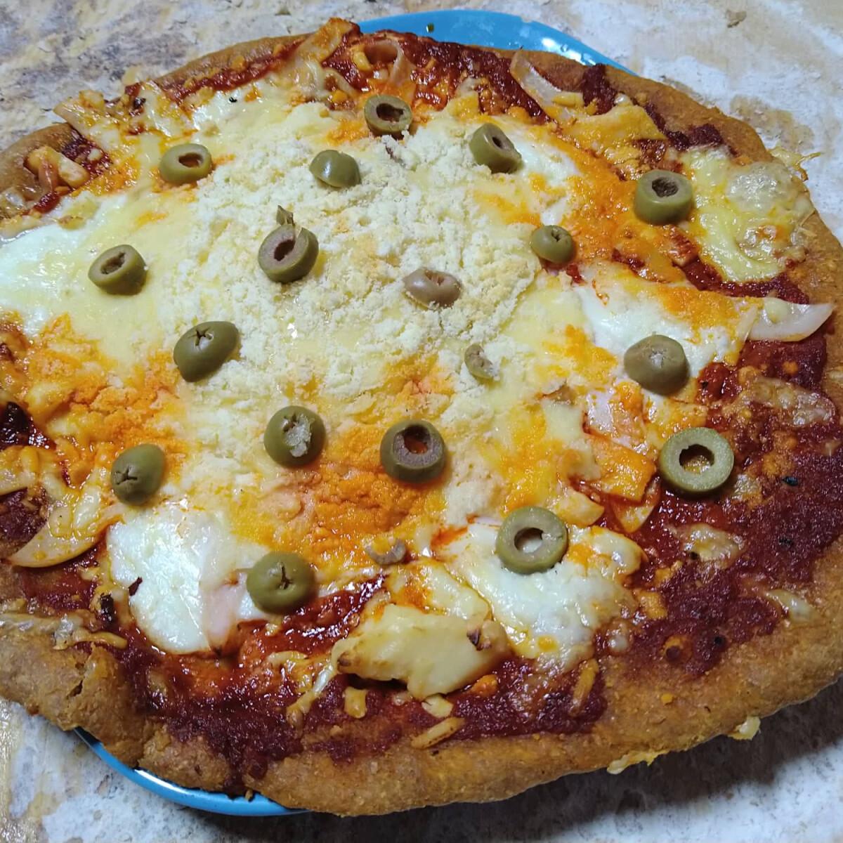 Ezen a képen: Dávid négysajtos-sonkás-olívabogyós pizzája