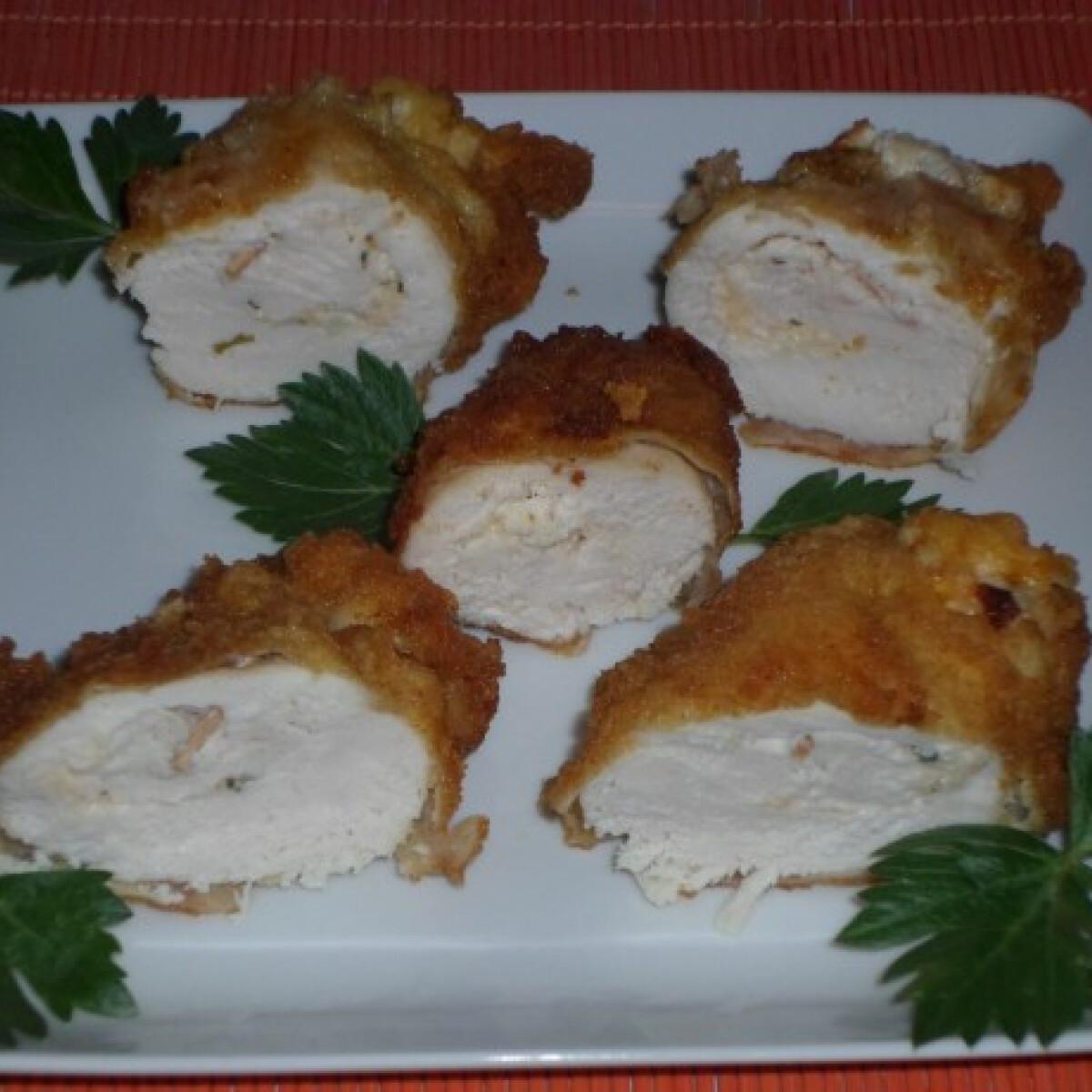 Ezen a képen: Sajtkrémmel töltött rántott csirkemell