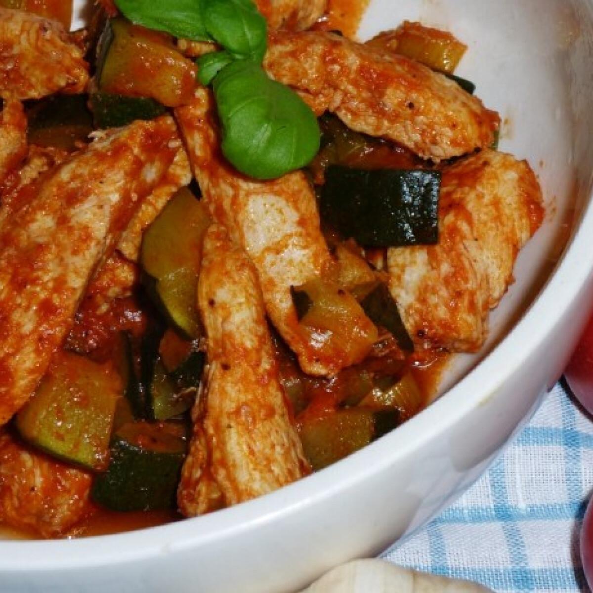 Ezen a képen: Cukkinival és póréval készült paradicsomos csirkemellfilé