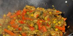 Wokban készült friss zöldségek csirkével