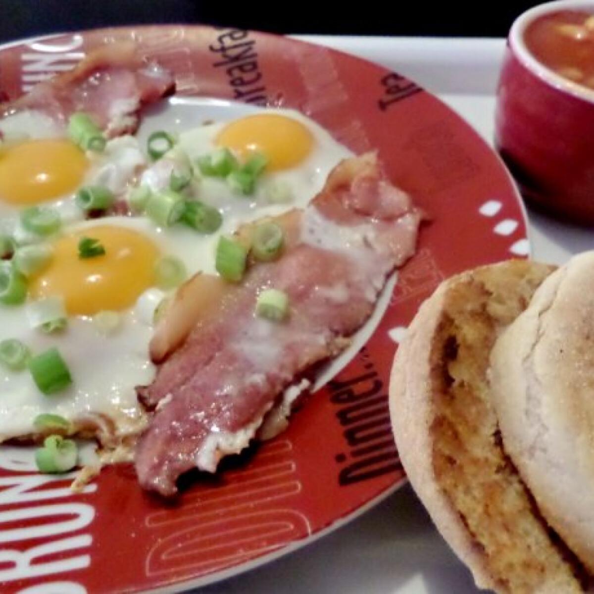 Ezen a képen: Angol ham and eggs sült babbal