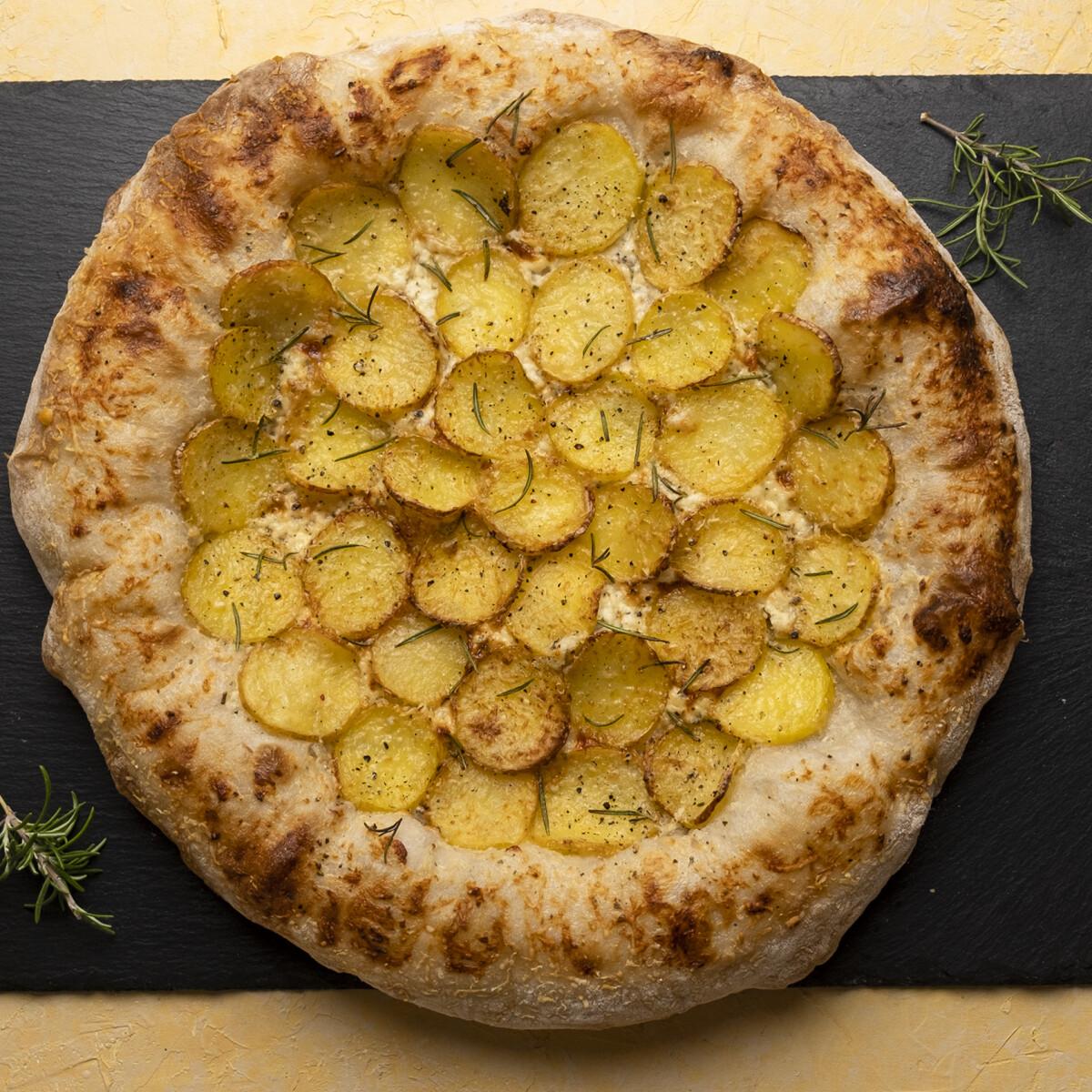 Ezen a képen: Rozmaringos-krumplis pizza