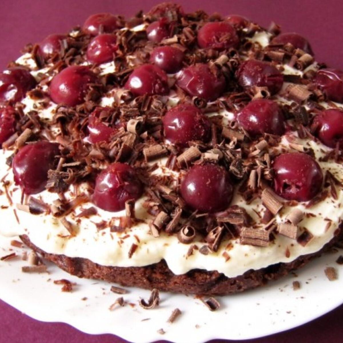 Ezen a képen: Feketeerdős brownie torta