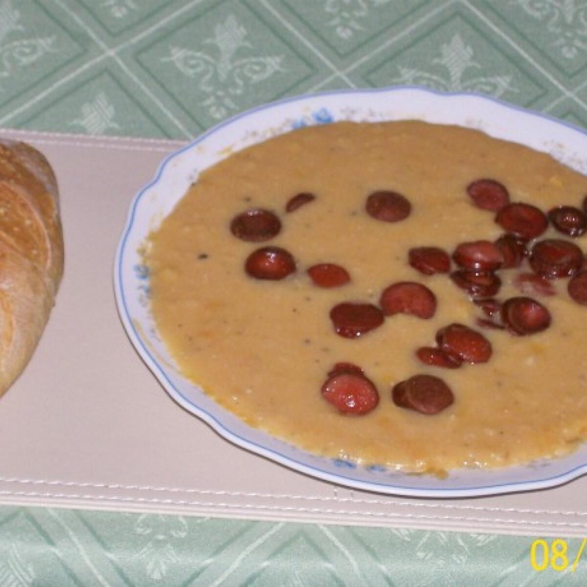 Ezen a képen: Sárgaborsó-főzelék pirított virslikarikákkal