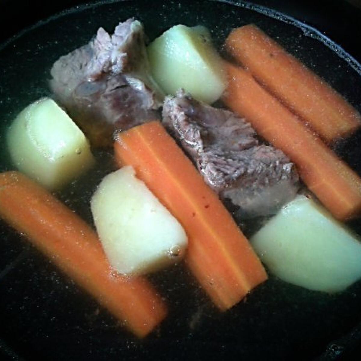 Ezen a képen: Marhahúsleves Bettyke konyhájából