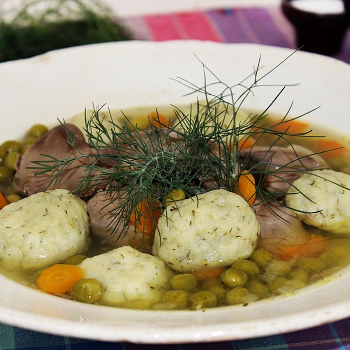 Ezen a képen: Citromos zöldborsóleves csirkemájjal és kapros krumpligombóccal