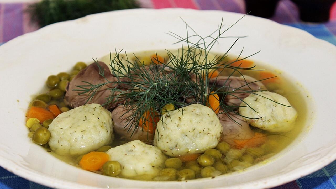 Citromos zöldborsóleves csirkemájjal és kapros krumpligombóccal