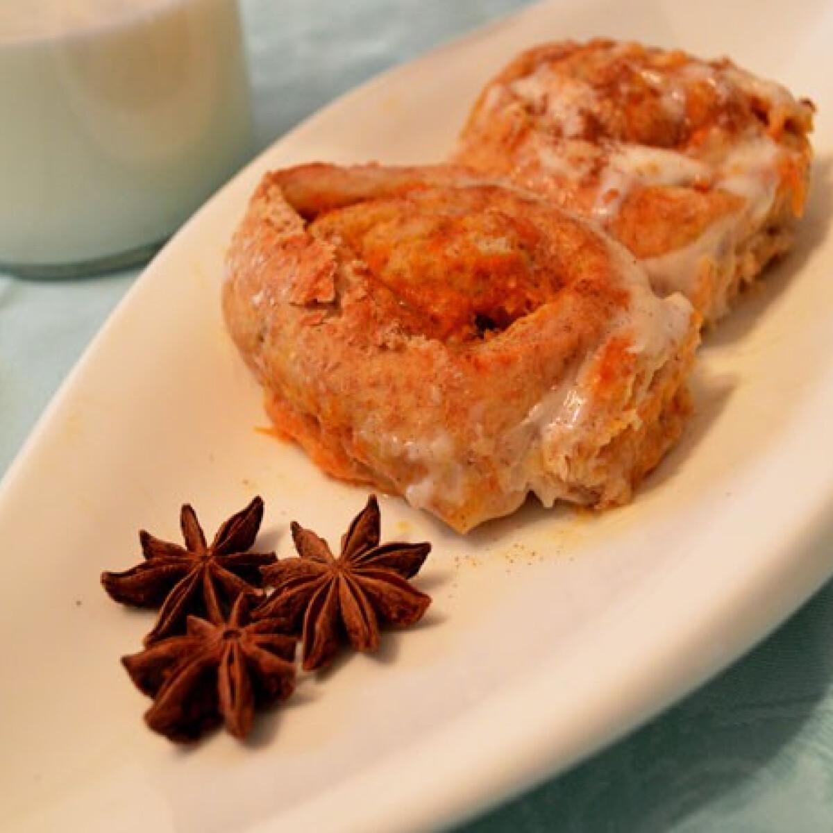 Ezen a képen: Sütőtökös-fahéjas cinnamon rolls